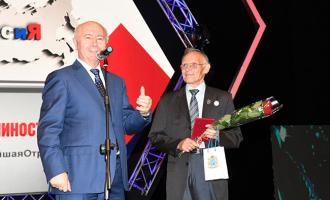 Ведущий инженер-конструктор АО«ТЯЖМАШ» получил изрук губернатора Самарской области Почетный знак